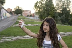 青少年在公园做一selfie 免版税图库摄影