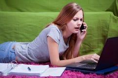 青少年在她的屋子里 免版税库存图片