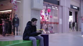 青少年在长凳和使用电话 影视素材