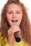 青少年女孩唱歌 图库摄影