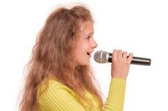 青少年女孩唱歌 库存图片