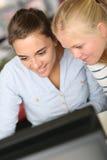 青少年女孩在学校 库存图片