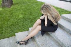 青少年女孩坐的台阶 免版税库存照片