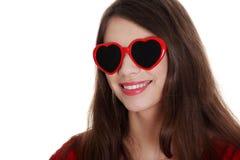 青少年女孩愉快的重点形状的太阳镜 库存图片