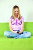 青少年女孩的传讯 免版税图库摄影