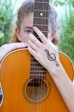 青少年女孩的吉他 库存照片