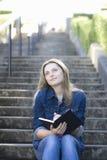 青少年女孩的楼梯 免版税库存照片