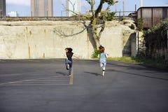 青少年女孩跑 免版税库存图片