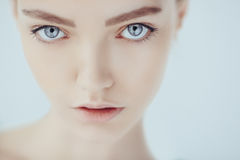 青少年妇女的美丽的面孔有干净的新鲜的皮肤的 图库摄影