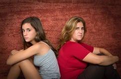青少年少年的问题-和她担心的母亲 免版税库存照片