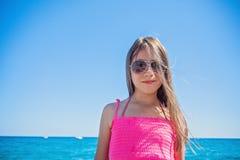 青少年摆在海滩 免版税库存图片