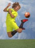 青少年球员的足球 免版税库存图片