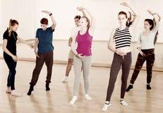 青少年男孩和女孩跳芭蕾舞者行使 库存图片