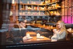 青少年男孩女孩夫妇,在注视入彼此的日期 免版税库存图片