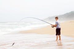 青少年男孩的捕鱼 免版税库存图片
