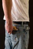 青少年男孩的香烟 免版税库存照片