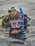 青少年男孩-水肺结算离开下潜 图库摄影
