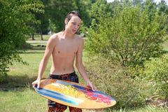 青少年男性的skimboard 免版税库存图片