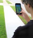 青少年的使用的Pokemon是 免版税库存图片