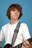 青少年的吉他弹奏者 库存图片