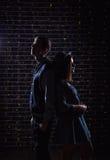 青少年的夫妇剪影照片  免版税库存图片