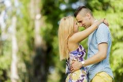 青少年的夫妇在公园 免版税图库摄影