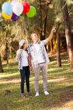 青少年的夫妇森林 免版税图库摄影