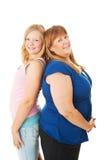 青少年的女儿比妈妈高 免版税图库摄影