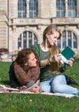 青少年的女孩一起学会 库存图片