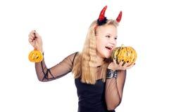 青少年的女孩佩带的恶魔垫铁 免版税库存图片