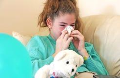 青少年的女孩吹的鼻子 免版税库存照片