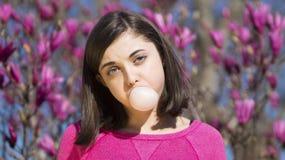 青少年的女孩吹的bubblegum泡影 库存照片
