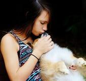 青少年的女孩和她的狗 免版税库存照片