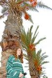 青少年的女孩和棕榈树 免版税库存照片