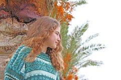 青少年的女孩和棕榈树 库存照片