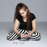 青少年的女孩和金钱 库存图片