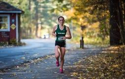青少年的女孩在叶茂盛道路单独跑在萨拉托加国家公园 免版税库存照片