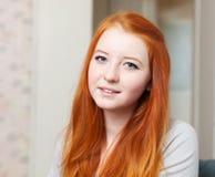 青少年的女孩在家内部 免版税库存照片