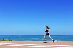 青少年的女孩在海滩跑 库存图片