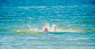 青少年的女孩在水中 免版税库存照片