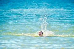 青少年的女孩在水中 图库摄影