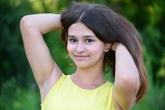 青少年的女孩在黄色礼服的15年在自然 库存照片