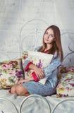 青少年的女孩坐床 免版税库存图片