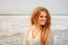 青少年的女孩愉快在海滩 免版税库存图片