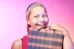 青少年的女孩接受一件礼物 免版税库存图片
