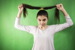 青少年的女孩梳子头发 免版税库存图片