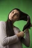 青少年的女孩梳子头发 图库摄影