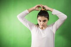 青少年的女孩梳子头发 免版税库存照片