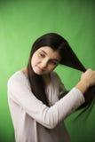 青少年的女孩梳子头发 免版税图库摄影