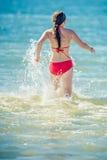 青少年的女孩比基尼泳装 免版税库存图片